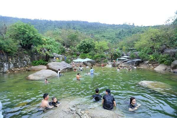suối nước nóng núi thần tài